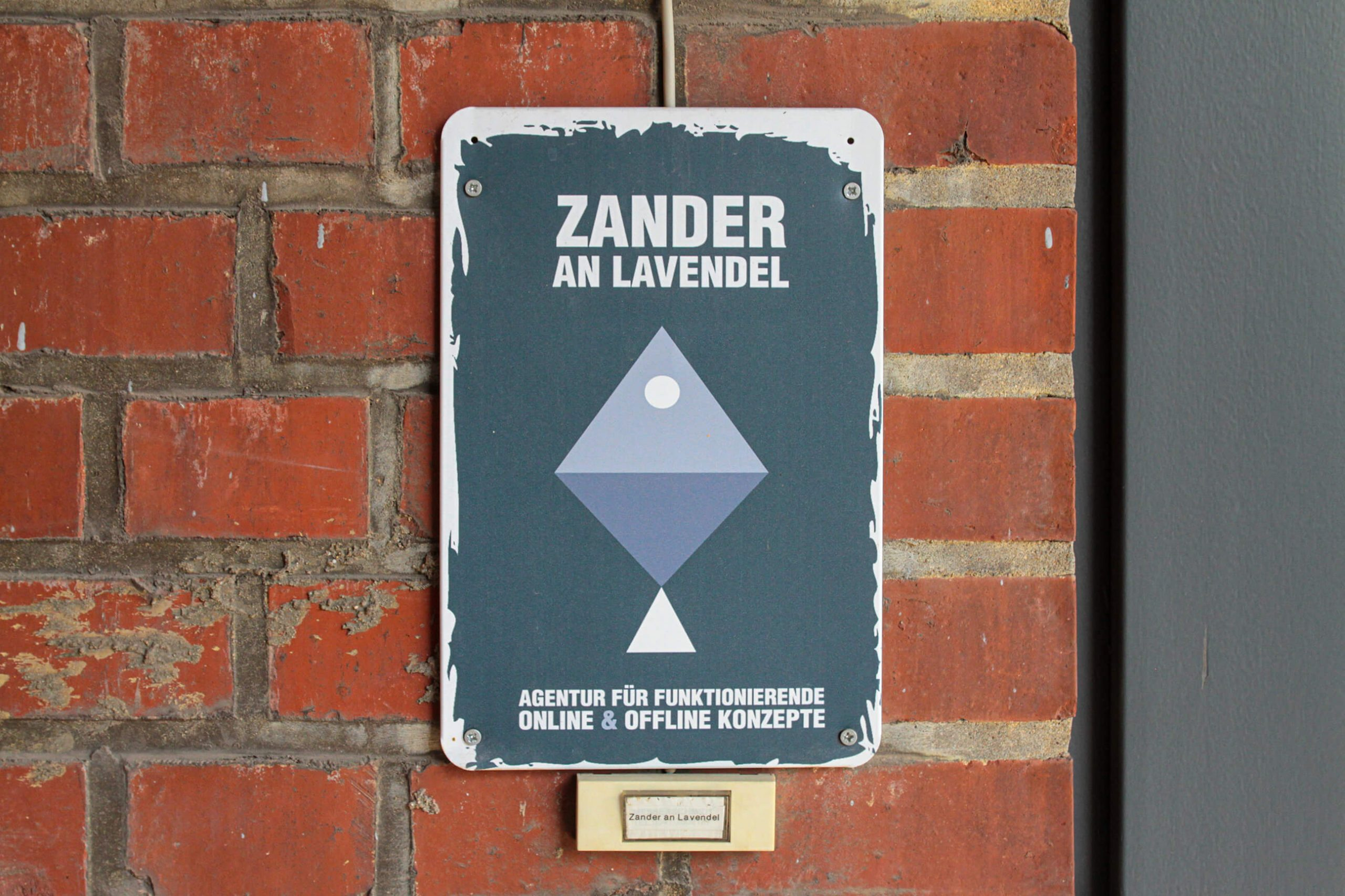 Türschild von Zander an Lavendel